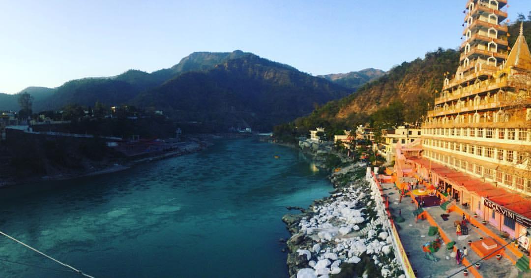 Der Ganges in Rishikesh, wo der Open Satsang mit dem Advaita-Meister Madhukar vom 25. März bis zum 2. April 2017 stattfindet - ein Yoga der Stille Event. Hier wird Erleuchtung erlebbar.