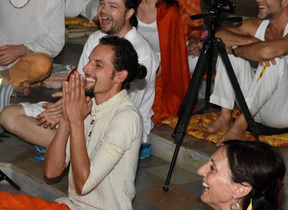 """Yoga of Silence is joy! (Yoga der Stille ist Freude!) Madhukar während des Retreats """"Awakening"""" (""""Erwachen"""") 2017 in Tiruvannamalai, Tamil Nadu, Indien"""