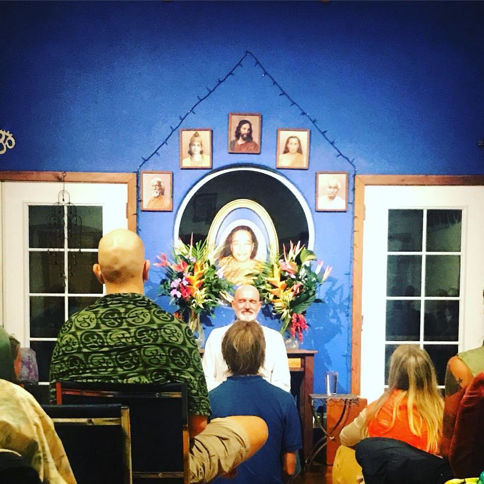 """Satsang im """"Polestar"""" auf Hawaii, wo der erwachte Advaita-Meister Madhukar zum ersten Satsang der Madhukar in America: 2018 Tour eingeladen wurde, einem Event von Madhukar Enlighten Life."""